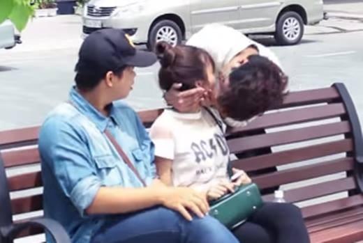 Bùng phát 'đè người lạ hôn môi' - Kiss Cam phản cảm tại Việt Nam
