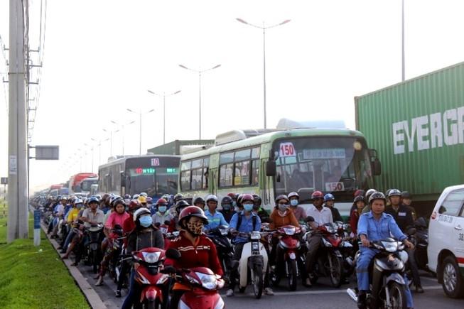 Hàng ngàn phương tiện kẹt cứng trên xa lộ Hà Nội