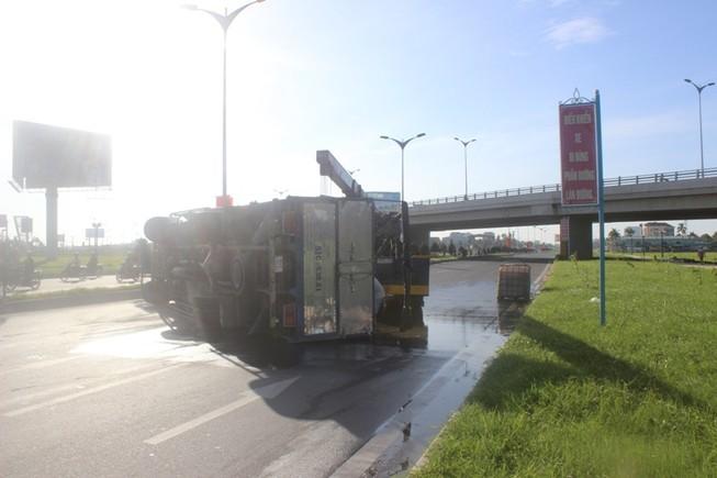 Xe chở hóa chất bị lật, giao thông ách tắc cả tiếng đồng hồ