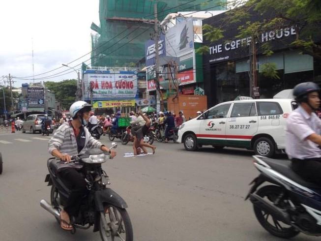 Kẹt xe nghiêm trọng vì người đàn ông trồng chuối… giữa đường