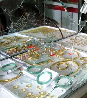 Trộm đột nhập tiệm vàng từ mái, 'khoắng' đi hàng tỉ đồng