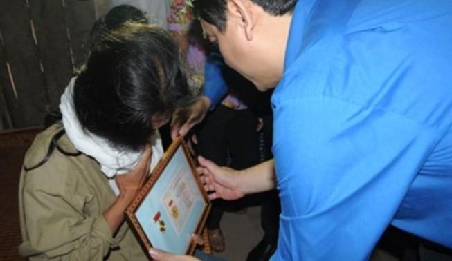 Truy tặng Huy hiệu 'Tuổi trẻ dũng cảm' cho học sinh lao ra sông cứu 2 người