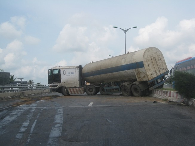 Ách tắc giao thông vì xe chở bồn oxy 'phi' qua dải phân cách