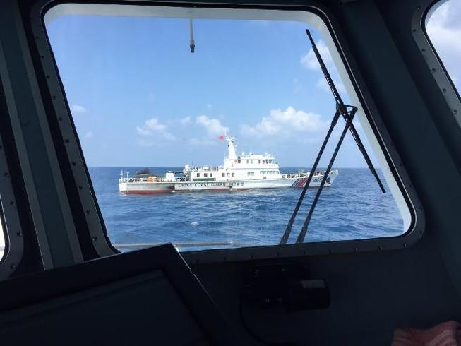 Tàu hải quân Trung Quốc ngăn cản tàu cứu nạn Việt Nam ở Hoàng Sa