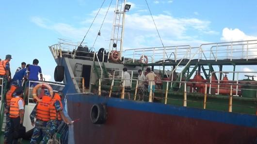 Bắt quả tang 2 tàu sang trái phép… 50.000 lít dầu