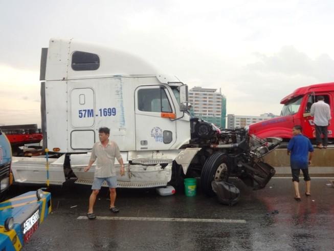 Hai xe container ép nhau móp đầu