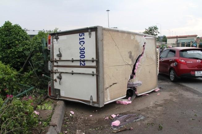 Xe tải lật nhào với tốc độ cao, 3 người thoát chết ngoạn mục