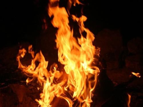 Bán vé số không hết, bé gái bị mẹ đổ xăng đốt