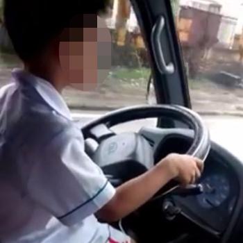 Để con trai 6 tuổi lái xe tải, bố bị phạt 3 triệu đồng