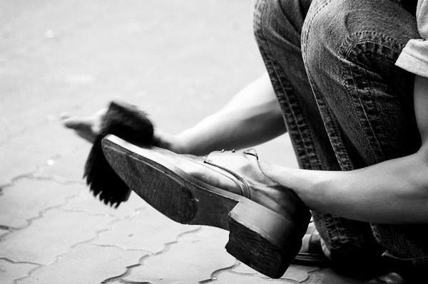 Hà Nội: Đánh một đôi giày 'chém' cả… triệu đồng