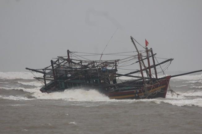 Trú ẩn bão, tàu cá bị mắc cạn phải… tháo từng bộ phận mang vào