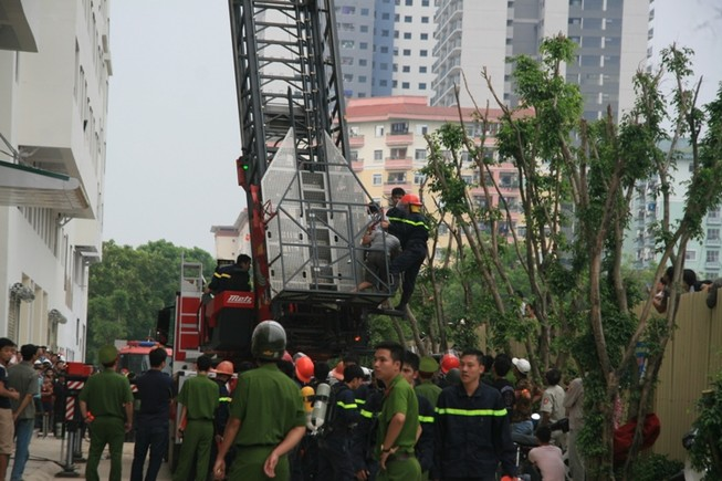 Hà Nội: Cháy lớn tại chung cư hàng chục tầng