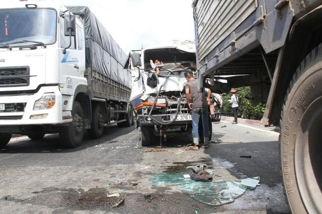 Hai vụ tai nạn ô tô tông liên hoàn khi chờ đèn đỏ