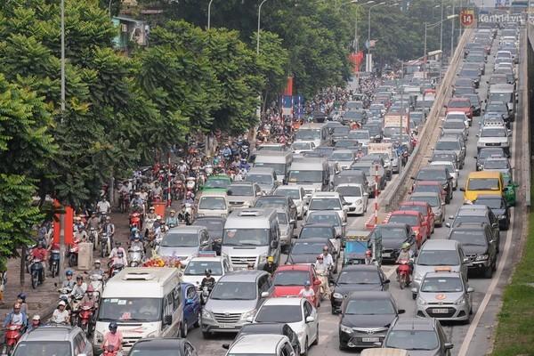 Ùn tắc kinh hoàng tại Hà Nội, giao thông tê liệt hoàn toàn