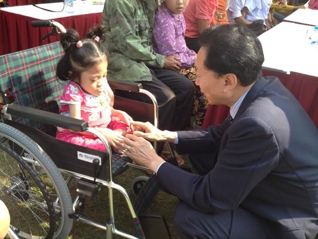 Cựu Thủ tướng Nhật Bản trao tặng 50 xe lăn ở Việt Nam