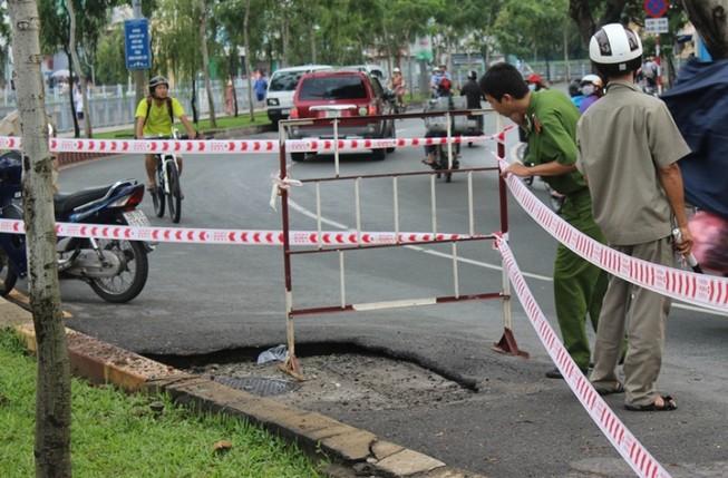 Chậm tìm nguyên nhân nổ hố ga đường Trường Sa là do… mưa?