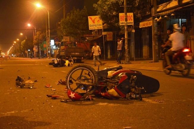 Qua đường ngược chiều bị tông trực diện, ba người chấn thương nặng
