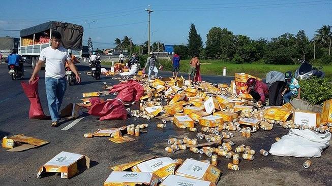 Dân giúp đỡ gom hàng ngàn lon nước ngọt bị rơi xuống đường