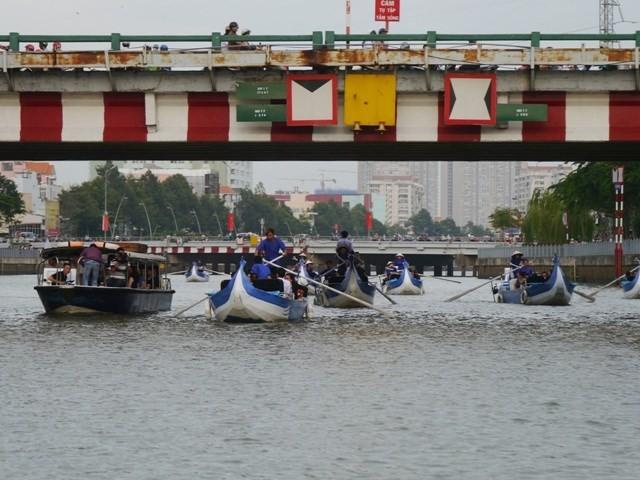 Tour du ngoạn kênh Nhiêu Lộc bị vướng... ống nước