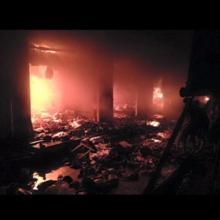 Cháy chợ giữa khuya, gần 20 sạp hàng bị thiêu rụi