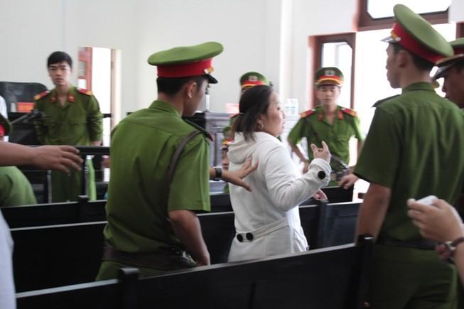 Bị gây rối, đại diện Tân Hiệp Phát phải nhờ cảnh sát hộ tống ra xe