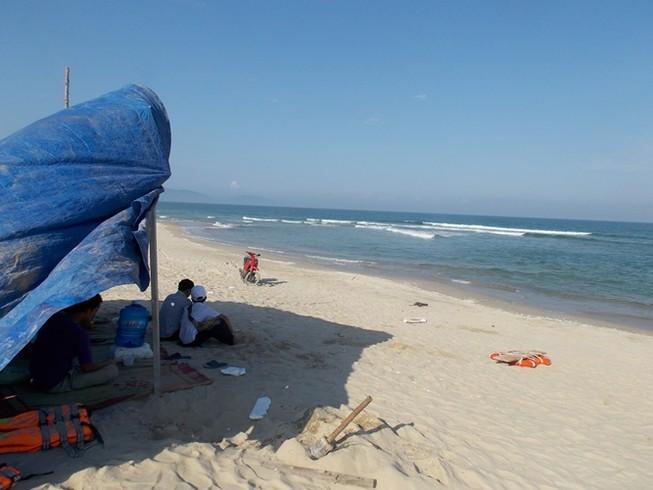 Một công nhân bị sóng biển cuốn mất tích