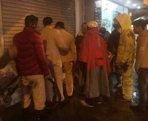 Cảnh sát giao thông tặng chăn ấm cho dân trong đêm lạnh