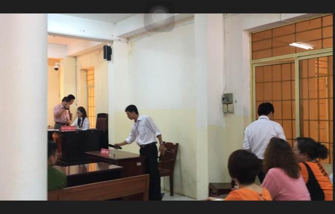 Phản đối tòa, luật sư… xách cặp ra về