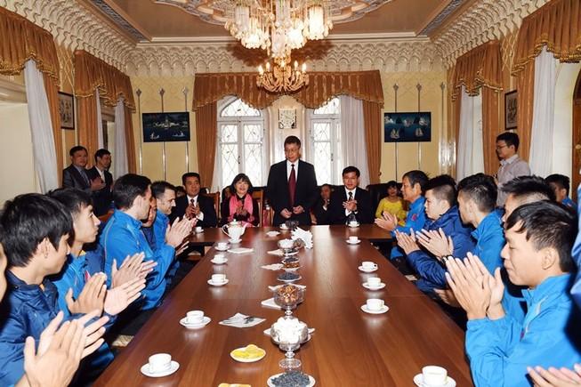 Tuyển Futsal thăm Đại Sứ quán Việt Nam tại Tashkent