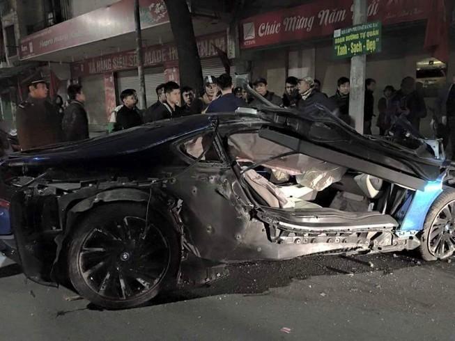 Xe sang BMW i8 xanh ngọc hiếm có bị bẹp giúm vì tai nạn