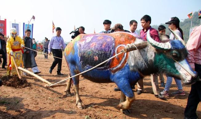 Khai hội 'Vua' xuống ruộng làm lễ Tịch điền