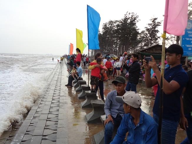 Tắm biển Ba Động, hai thanh thiếu niên bị sóng cuốn mất tích