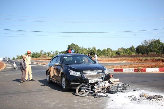 Va chạm với ô tô, cả người và xe máy cùng bị bốc cháy