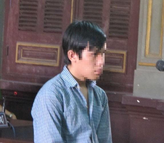 Bị tám năm tù vì bạn gái nhờ… cởi áo giùm