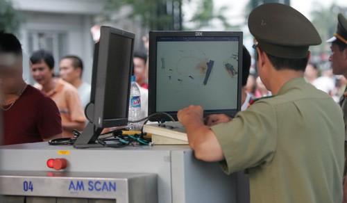 Bắt 2 hành khách Thái Lan mang súng qua sân bay Nội Bài