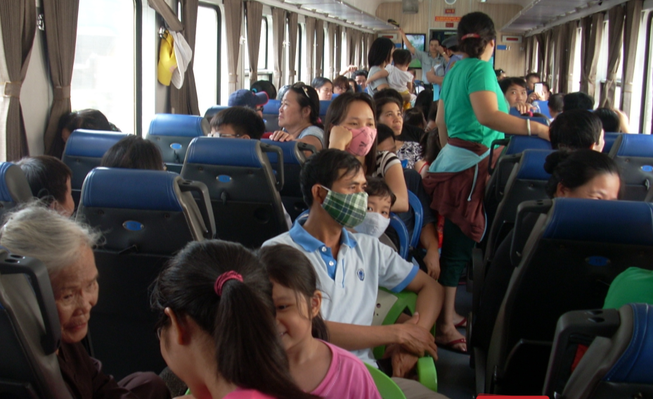 Khách đi tàu ngoại ô Sài Gòn-Dĩ An tăng bất ngờ