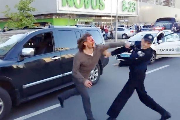 Sốc: Đô vật vô địch Olympic đấu tay đôi với... 7 cảnh sát