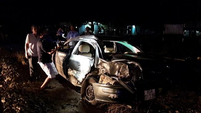Tàu hỏa tông ô tô, cả gia đình đi viếng đám tang gặp nạn