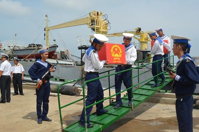 Đón tổ bầu cử trên biển mang thùng phiếu về đất liền