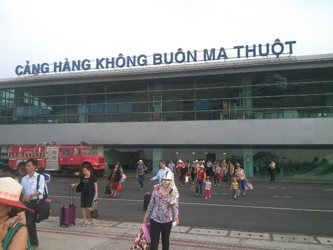 Sân bay Buôn Ma Thuột tê liệt vì hỏng đường băng