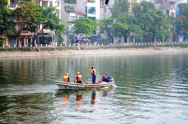 Vớt được gần 6 tấn cá chết ở hồ Hoàng Cầu