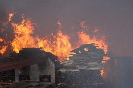 Cháy dữ dội ở xưởng gỗ
