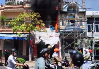 Cháy lớn ở một cửa hàng buôn bán tranh