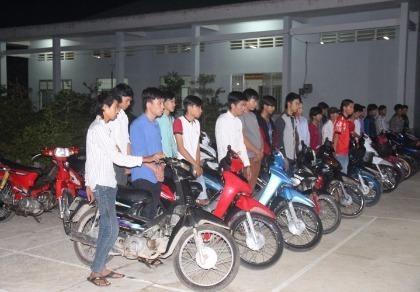 Vĩnh Long: Công an 'hốt' trọn 1 nhóm đua xe trái phép khủng