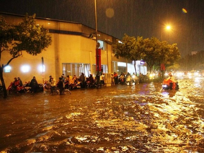 Chùm ảnh: Sân bay Tân Sơn Nhất bị biển nước vây quanh