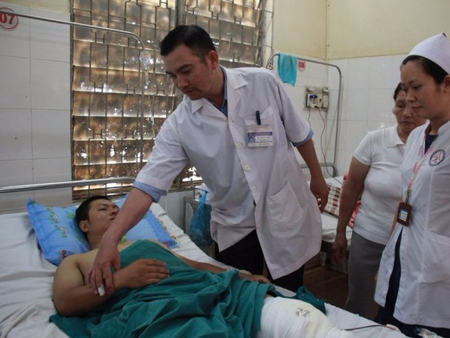 2 CSGT bị hơn chục thanh niên ném gạch đá trọng thương