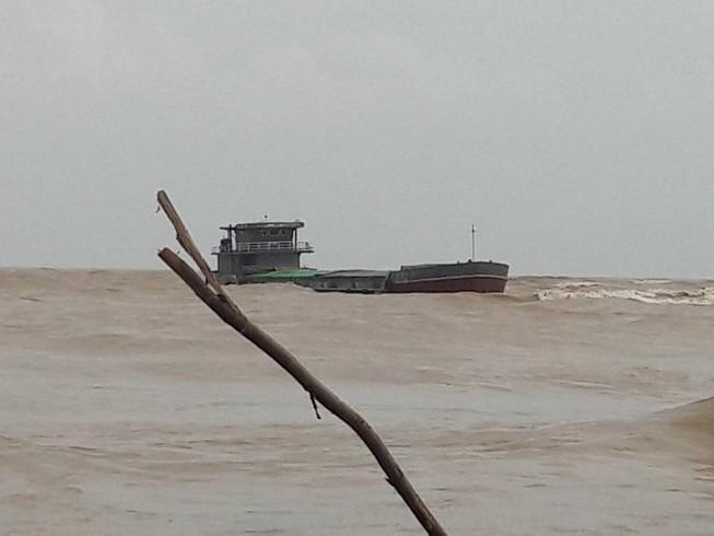 Bàn phương án cứu hộ tàu 1.000 tấn mắc cạn do lũ