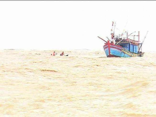 Cứu thành công 6 thuyền viên bị lật tàu trên biển