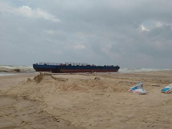 3 thuyền viên lênh đênh trên tàu chết máy ngoài biển