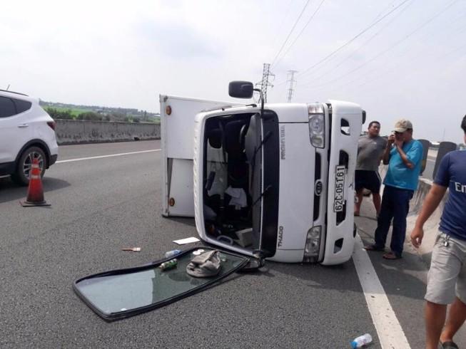 Xe tải bị nổ vỏ trên đường cao tốc Trung Lương